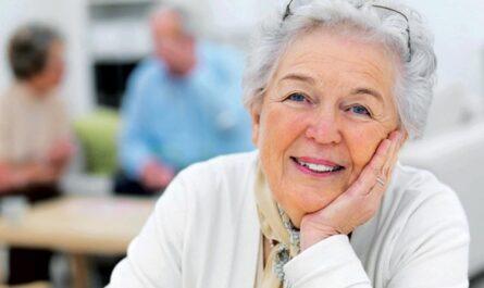Во сколько лет женщина уходит на пенсию в России в 2021 году