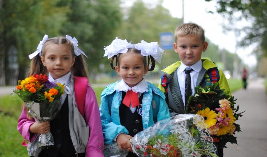 Путин расширил выплаты на школьников: кто получит 10000 рублей в августе 2021 года?
